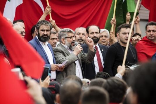2016-07-16 16:27:57 ROTTERDAM - Nederlandse Turken betogen bij de Erasmusbrug in Rotterdam tegen de mislukte staatsgreep in Turkije. ANP MARTEN VAN DIJL