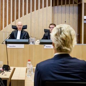 SCHIPHOL - De rechters Elianne van Rens, Hendrik Steenhuis en Sijbrand Krans in het Justitieel Complex Schiphol voor het vervolg van de strafzaak tegen Geert Wilders. De PVV-voorman wordt vervolgd voor het aanzetten tot haat, discriminatie, belediging en uitlokking vanwege de minder minder-uitspraak die hij deed over Marokkanen tijdens de gemeenteraadsverkiezingen in 2014. ANP REMKO DE WAAL