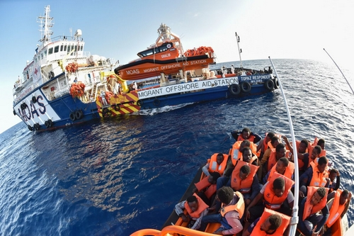 2016-11-03 08:54:08 The Topaz Responder ship run by Maltese NGO Moas and the Italian Red Cross takes part in a rescue operation of migrants and refugees on November 3, 2016, off the Libyan coast in the Mediterranean Sea. / AFP PHOTO / ANDREAS SOLARO
