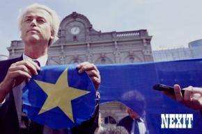 2014-05-20 15:01:17 BRUSSEL - PVV-leider Geert Wilders knipt voor het Europees Parlement een ster uit de Europese vlag. Met deze daad in Brussel benadrukte Wilders, in aanloop naar de aanstaande verkiezingen, de anti-Europese houding van zijn partij. ANP MARTIJN BEEKMAN