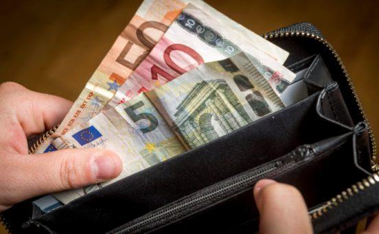 2016-06-01 13:16:45 ILLUSTRATIE - Een portemonnee met geld. Het CBS heeft berekend dat het leven in vergelijking met twintig jaar terug ongeveer 45 procent duurder is geworden. ANP XTRA LEX VAN LIESHOUT