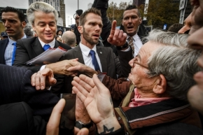 2015-11-07 13:11:37 ROTTERDAM - PVV-leider Geert Wilders deelt flyers uit tegen de komt van een asielzoekerscentrum. ANP REMKO DE WAAL